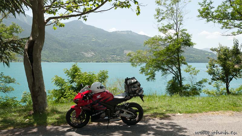 Sheltering in the shade on the banks of the lac du Serre-Ponçcon