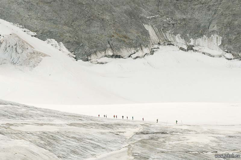 Alpinistes crossing the Glacier de La Girose
