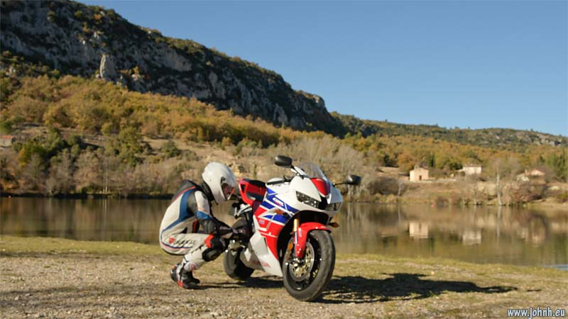 Rider-bike bonding at the lake of the Verdon at Quinson